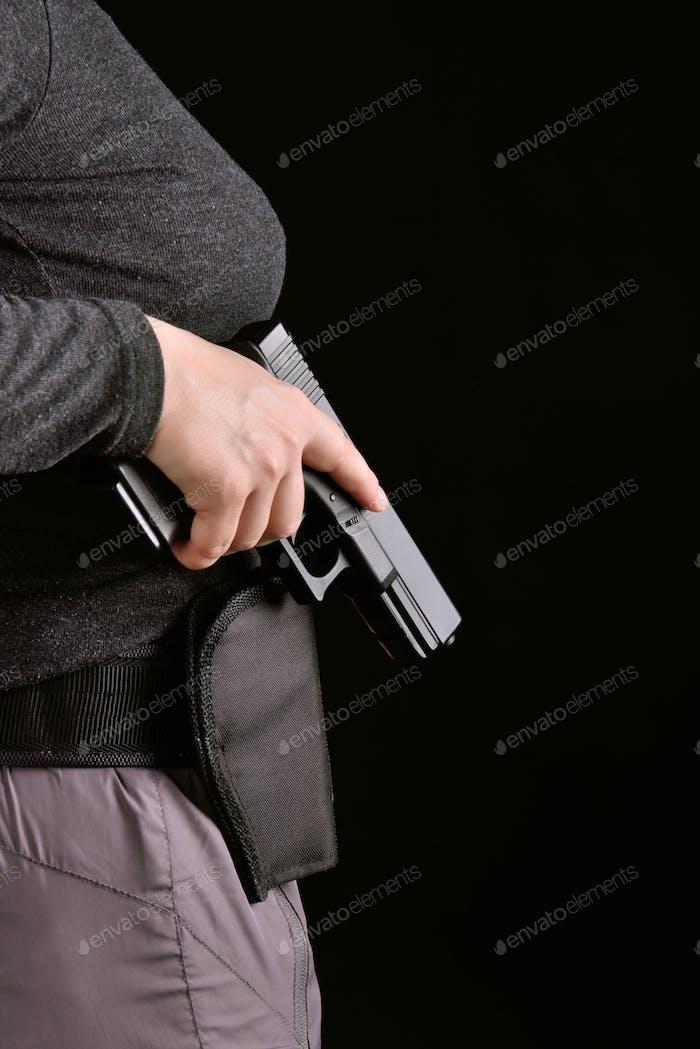 Hand mit einer Pistole