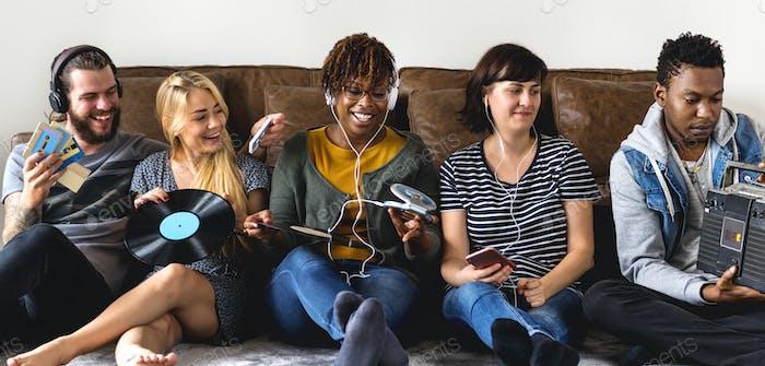 Freunde genießen die Musik
