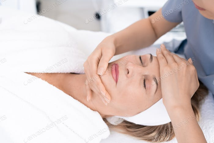 Sculpting face with massage