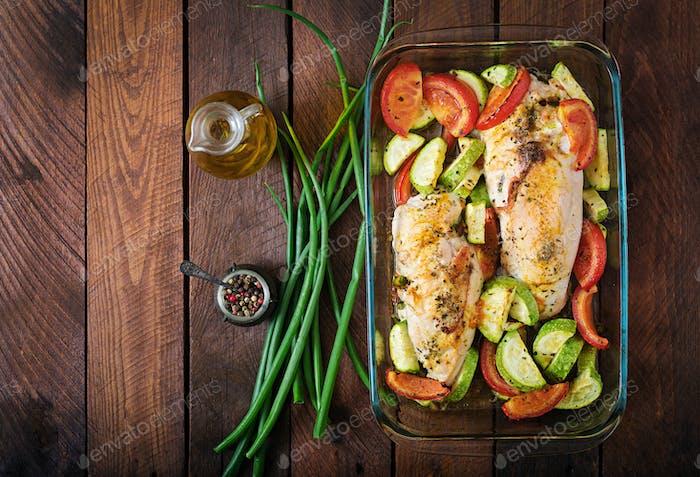 Gebackene Hähnchenbrötchen mit Gemüse und Oliven und gebackenem Gemüse