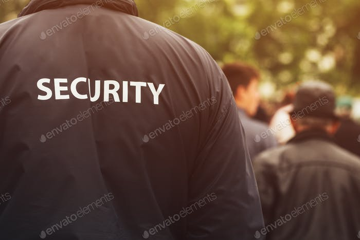 Oficial de seguridad de la guardia de la puerta en evento público