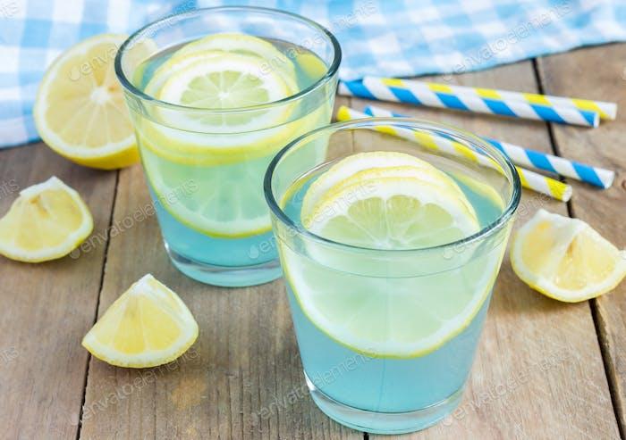 Blaue Limonade mit frischen Zitronen