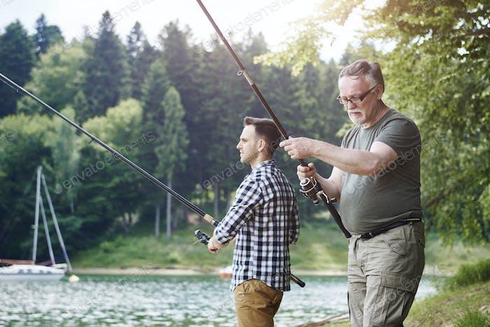 Hijo y padre en viaje de pesca