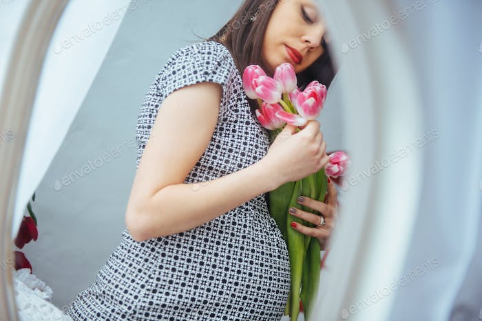 pregnant woman with flowers