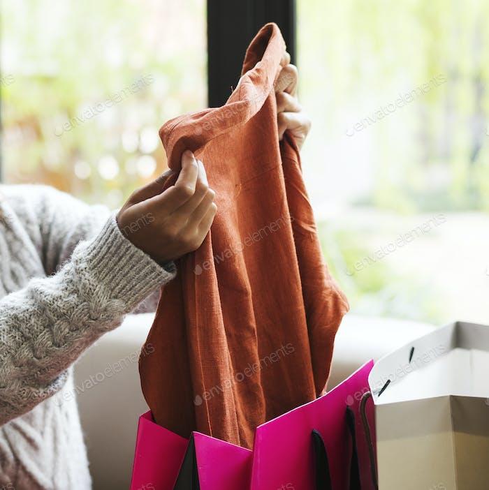 Mujer desempacando una bolsa de compras