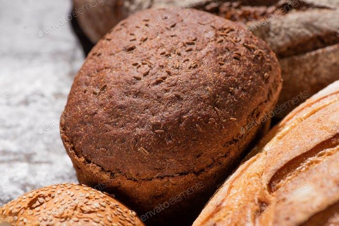 Cerca de la vista de pan marrón recién horneado