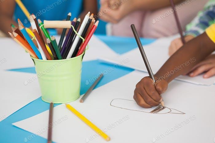 Kinder tun Kunst und Handwerk in einer Spielschule