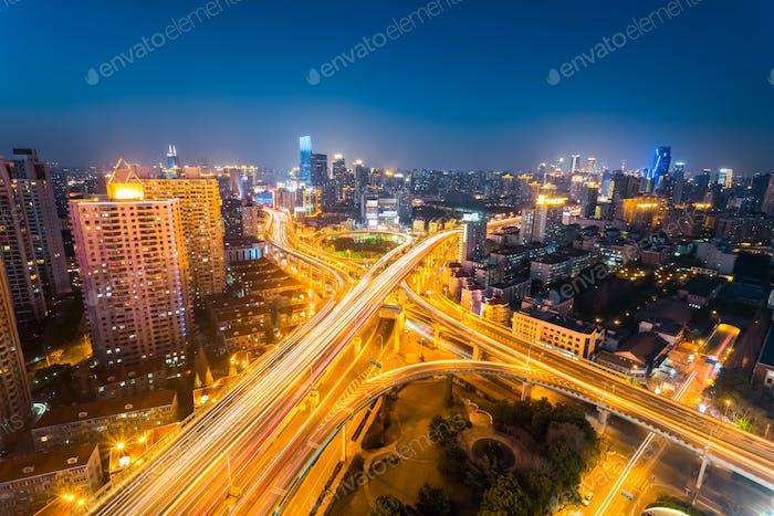 Kreuzung der Stadtstraße in der Nacht