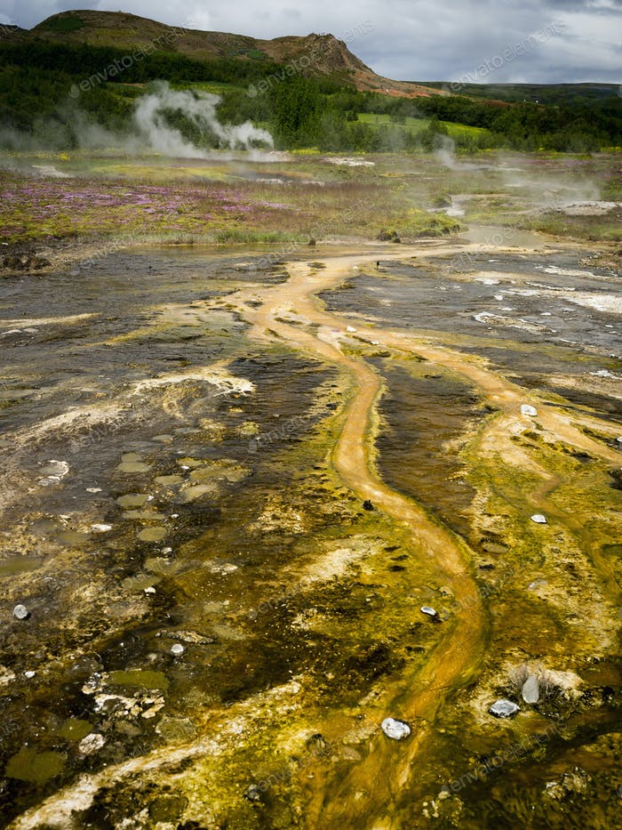 Vapor procedente de aguas termales cerca de un Geysir en una zona de actividad geotérmica