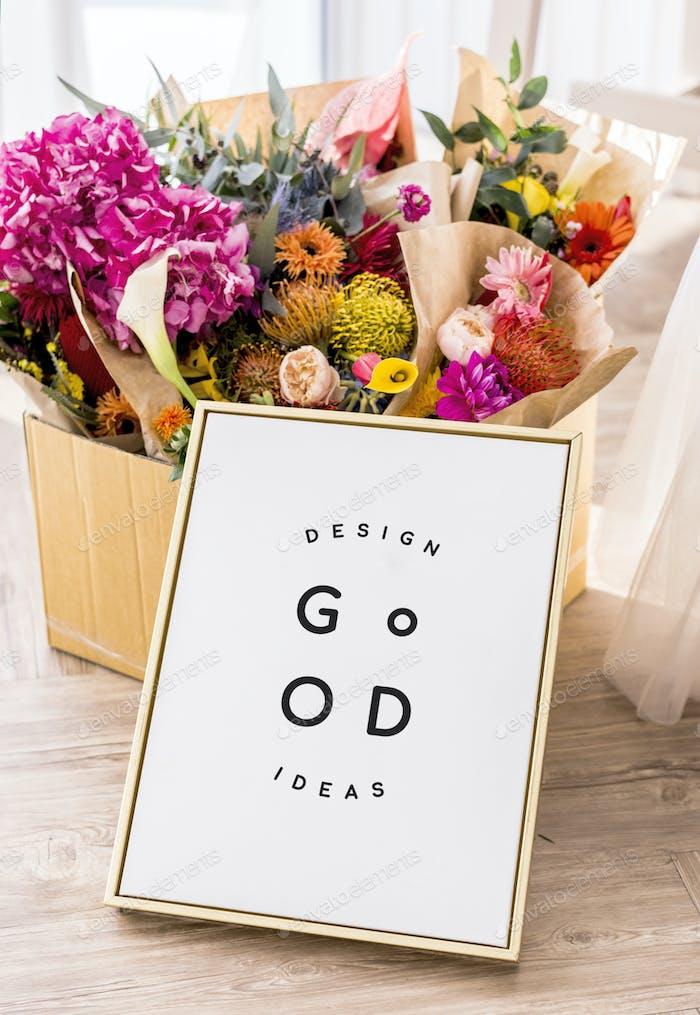 Blumen mit einem goldenen Rahmen-Mockup