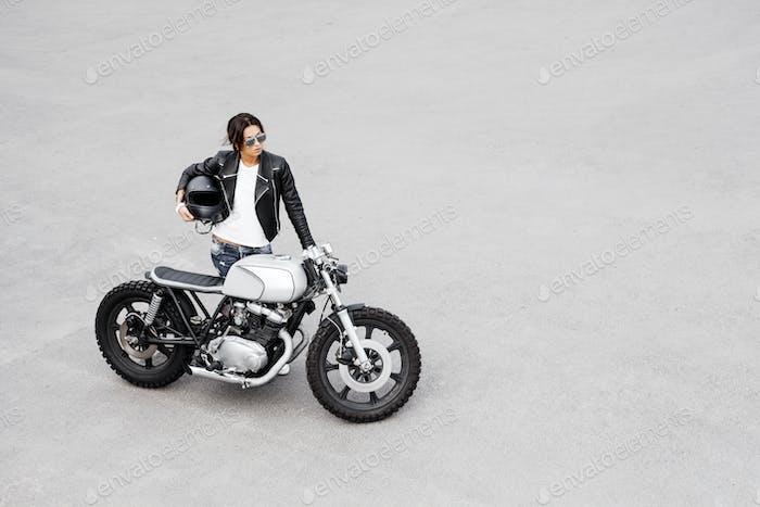 Biker-Frau in Lederjacke auf Motorrad