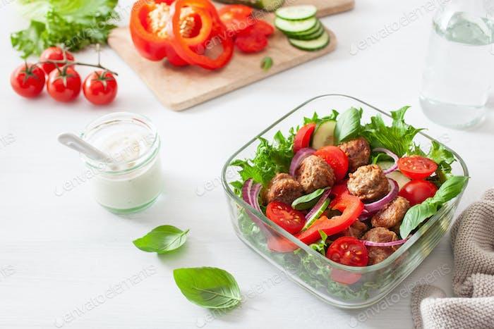 keto paleo Lunchbox mit Fleischbällchen, Salat, Tomate, Gurke