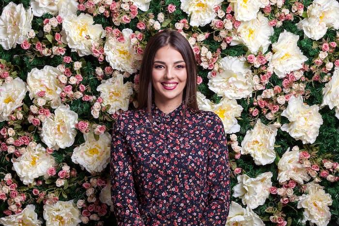 Schöne sexy Frau auf Blume Hintergrund im Studio Foto