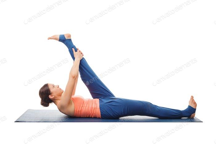 Frau tut Yoga Asana Supta padangusthasana isoliert
