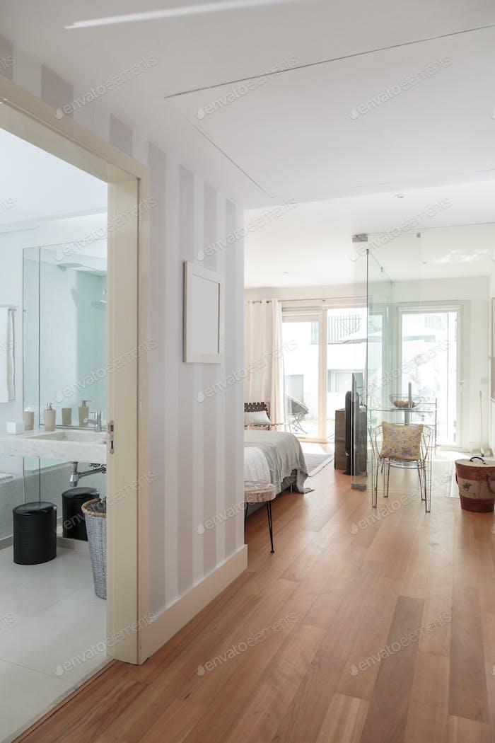 Modernes Ein-Zimmer-Haus mit kleiner Küche