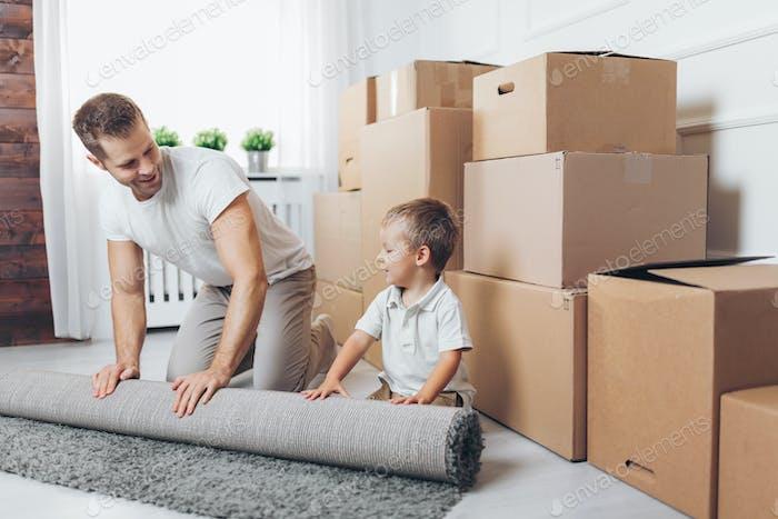 Umzugskonzept, Vater und Sohn Umzug in ein neues Zuhause