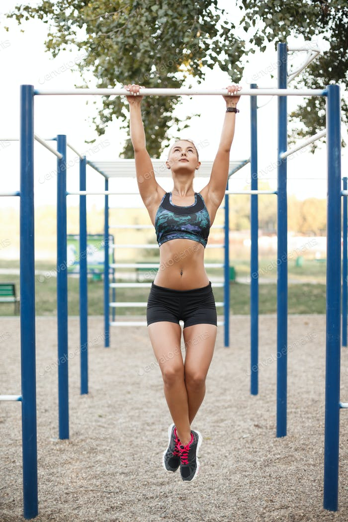 Женщина на открытом воздухе тренировки
