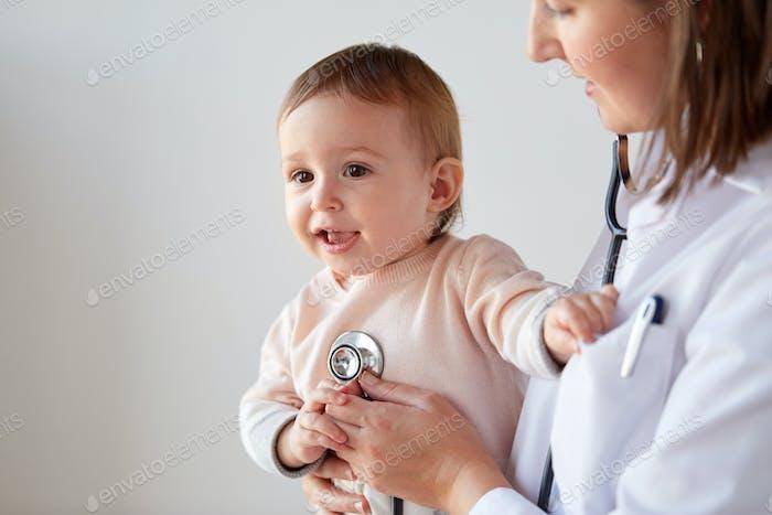 Arzt mit Stethoskop hören Baby in der Klinik