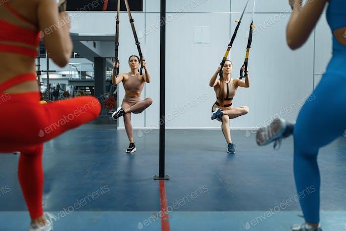 Gruppe von attraktiven Frauen tun Bewegung in der Turnhalle