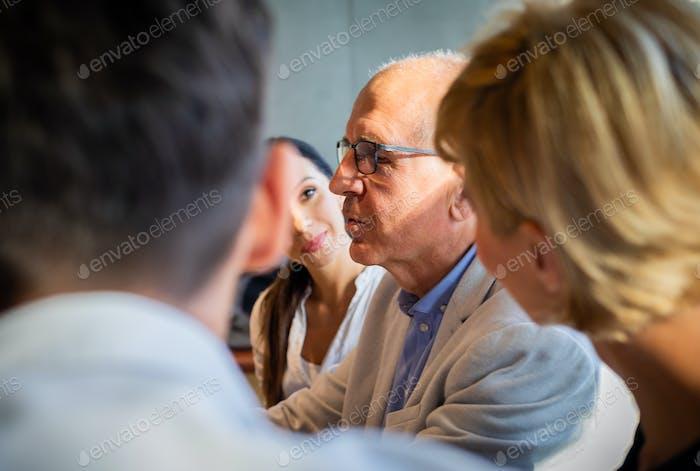 Встреча группы деловых людей во время кофе