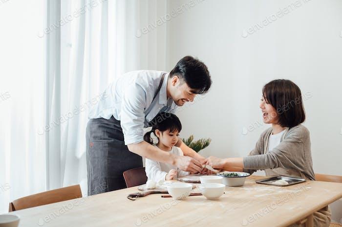 Eltern lehren Tochter Knödel zu Hause zu machen