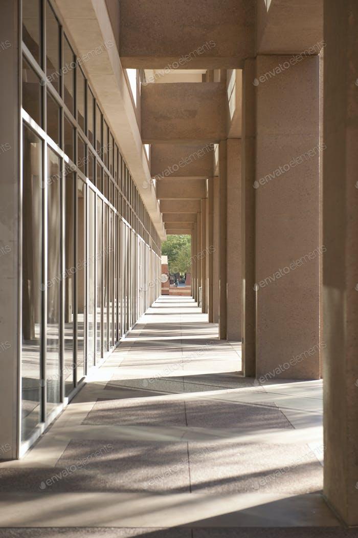 Kolonnade des städtischen Bürogebäudes mit Pfeilern.