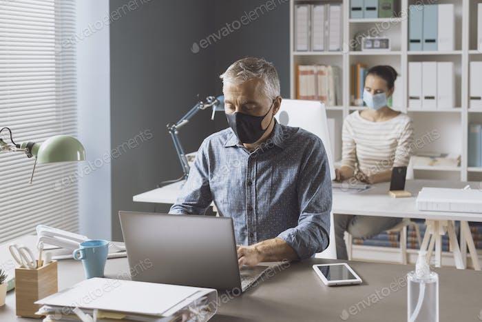 Coronavirus-Prävention und soziale Distanzierung im Büro