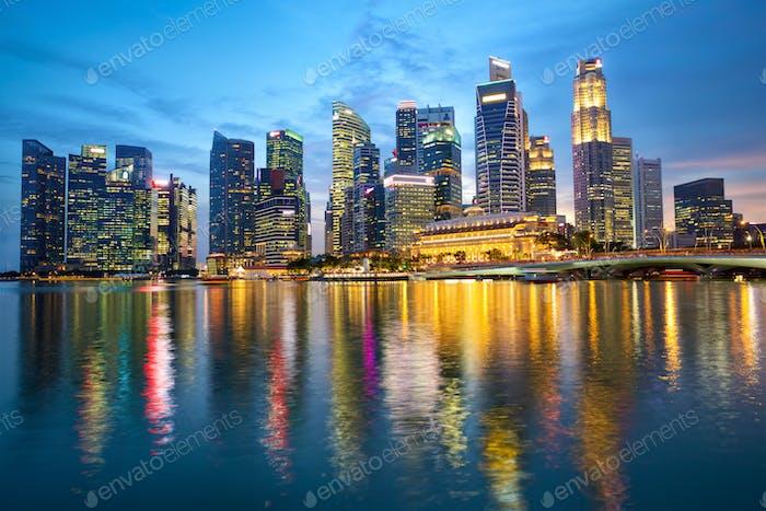 Skyline de Singapur al anochecer