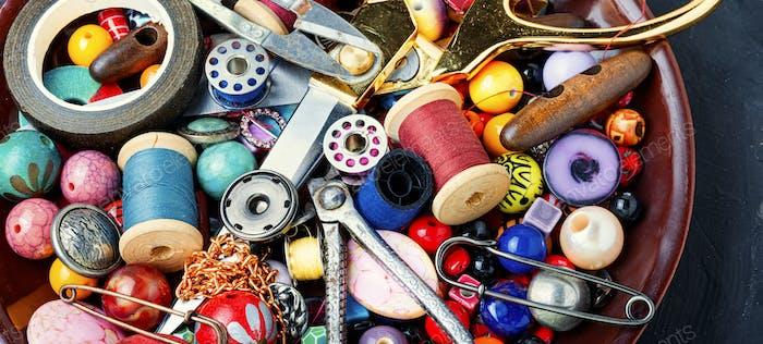 Werkzeuge und bijouterie für Handarbeiten.
