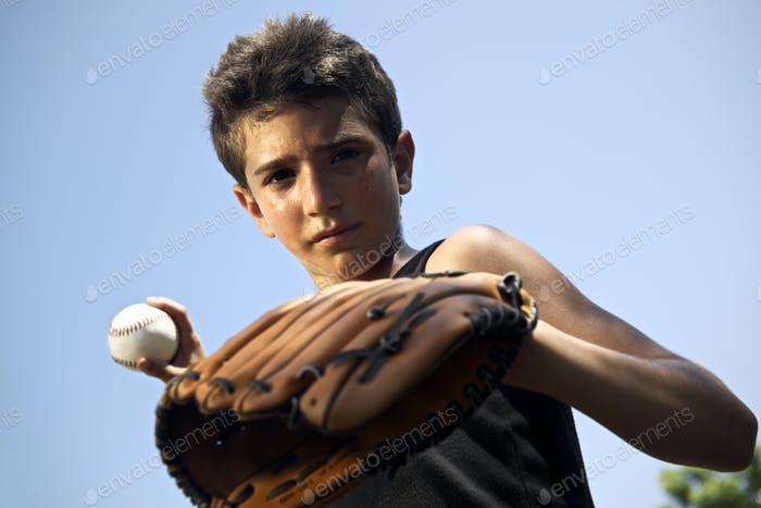 Deporte De Béisbol Y Niños Vertical De Niño Lanzando Bola