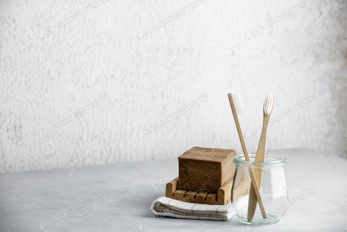 Umweltfreundliche Bambuszahnbürsten im Glas und handgemachte Bioseife, Kopierraum
