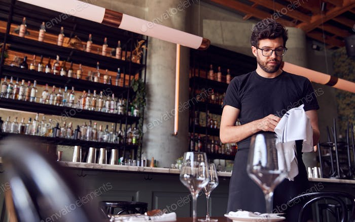 Männliche Kellner Poliergläser Vor dem Service In Bar Restaurant