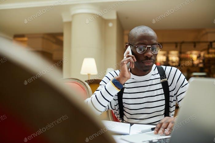 Afrikanischer Mann arbeiten