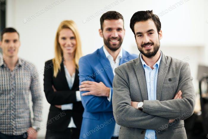 Team von fröhlichen Geschäftsleuten posiert für Gruppenbild