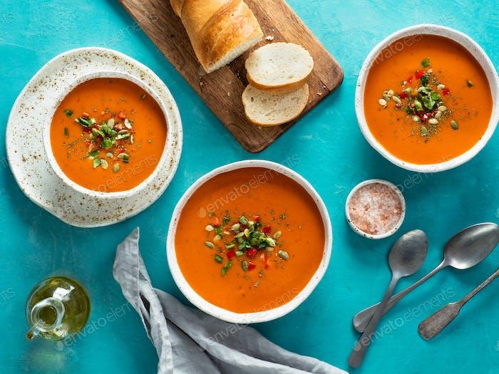 Thumbnail for Gaspacho Suppe auf blau, Draufsicht