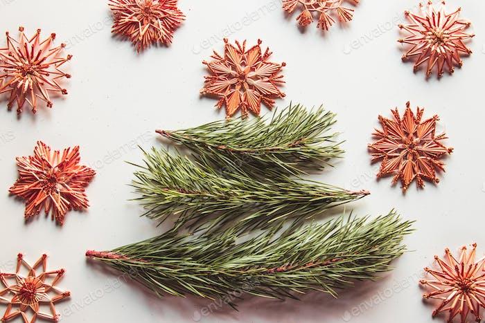 Weihnachtsbaum aus Kiefernblättern und Strohspielzeug