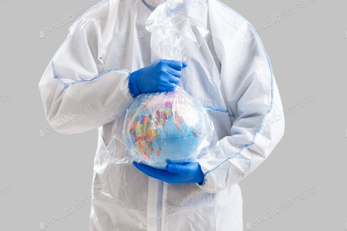 Perigo epidêmico mundial. Homem em terno protetor mantém globo em saco oleado