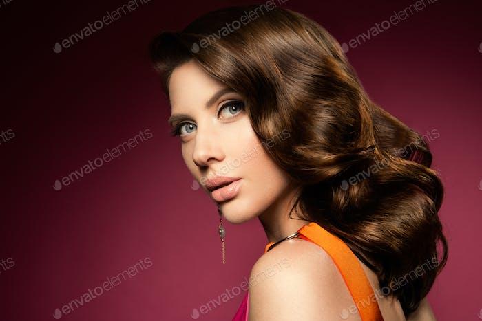Mache dich. Glamour Porträt von schönen Frau Modell mit frischem Make-up und romantische Frisur.