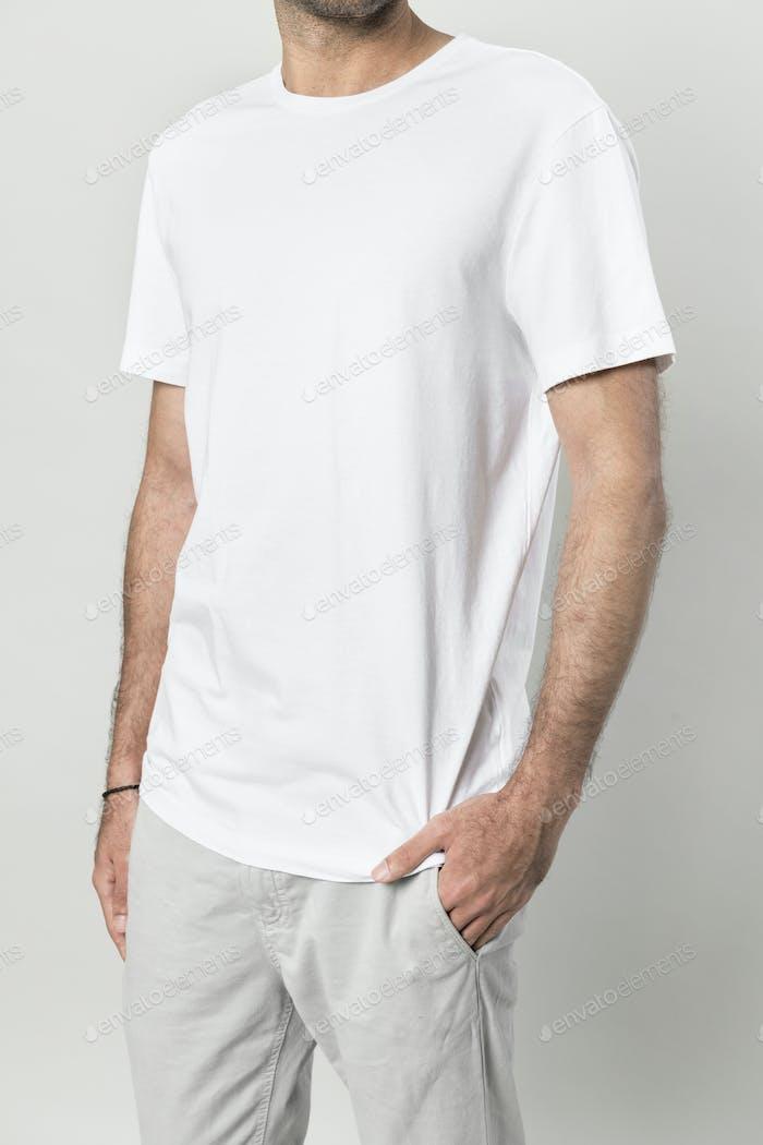 Hombre delgado en una camiseta blanca