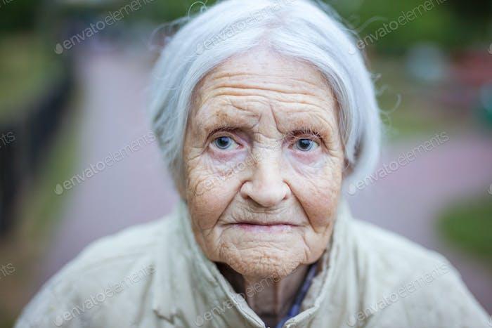 Porträt von Senior Frau Blick auf die Kamera