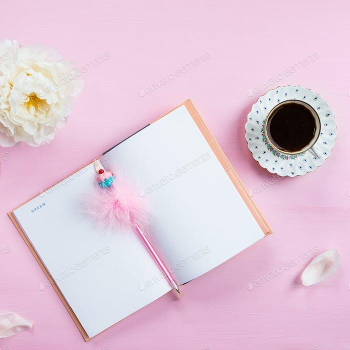 Frühstück mit Notizbuch, Kaffee und gute Laune