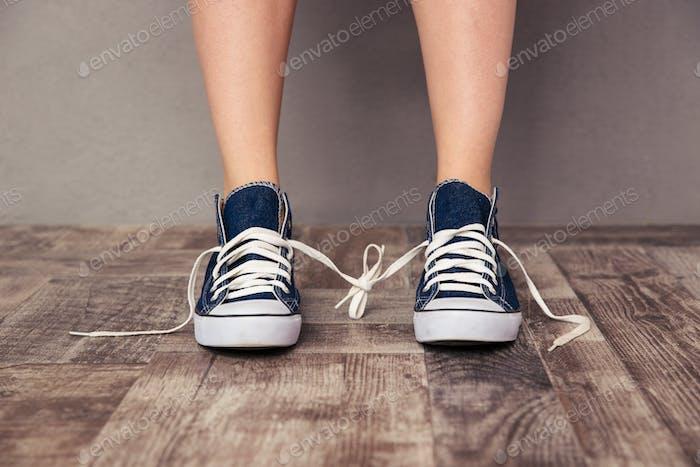 Menschliche Beine in Sneakers