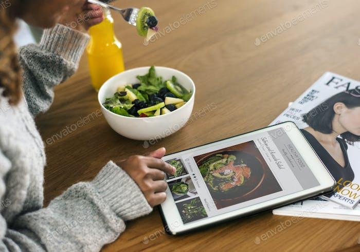 Frau auf der Suche nach gesundem Essen online