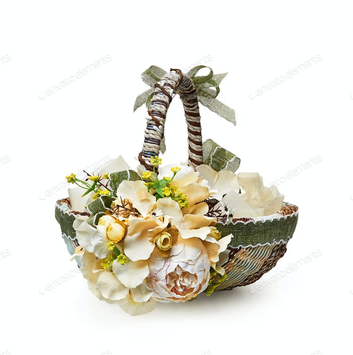 Osterkorb aus einem Blumenarrangement auf weißem Hintergrund