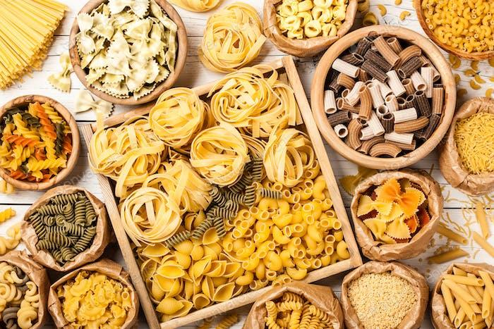 Sortiment von Pasta auf einem Holztisch