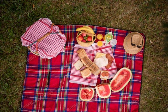 vista superior de la configuración de manta de picnic en la hierba