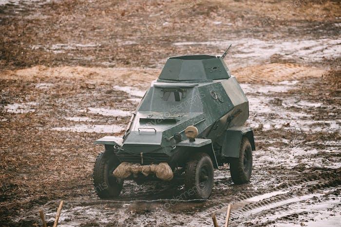 Russische sowjetische Rote Armee gepanzerte sowjetische Pfadfinderwagen im Herbst Graf