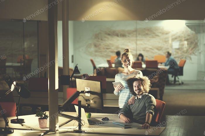 junge Designer im Nachtbüro