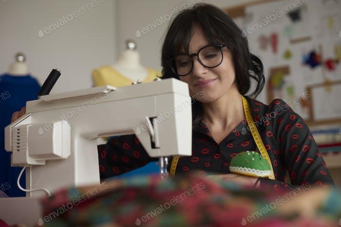 Привлекательная брюнетка и швейная машина
