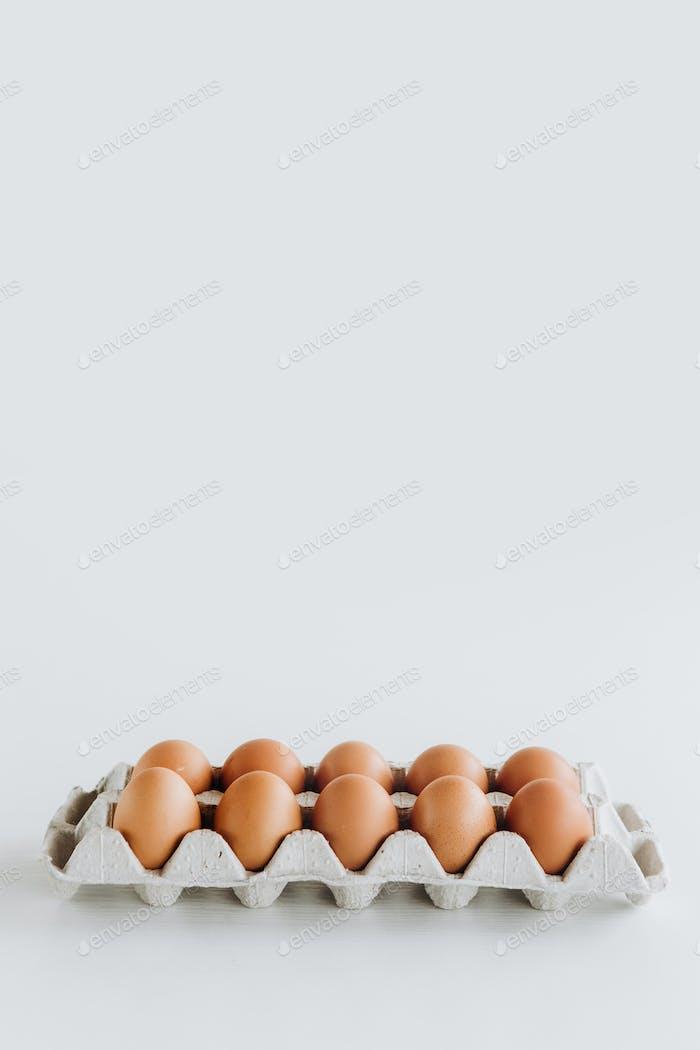 Karton Tablett braun Eier Hintergrund Rohkost